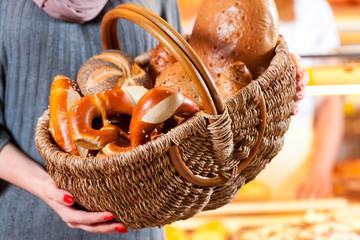 Kundin in einer Bäckerei mit Brot Korb
