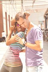verliebte junge Afrikanerin mit Sonnenbrille und Freund