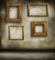 parete grunge con cornici vintage