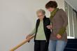 Treppensteigen mit Betreuerin