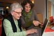 älter Dame mit Betreuerin am Laptop