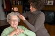 Ältere Dame mit Pflegekraft