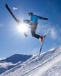 Skisprung im Gegenlicht