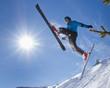 Skispringer im Gegenlicht