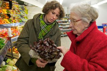 Seniorin beim einkaufen