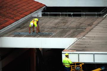 Trabajador en el tejado