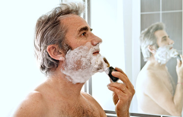 vieux homme se rasant