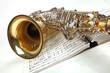 Saxophon mit Notenbuch