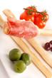 Antipasto con grissino prosciutto olive e pomodori