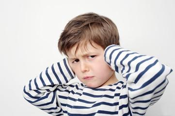 Kind hält sich die Ohren zu