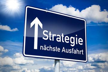 Orteingangsschild mit Strategie und Pfeil