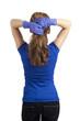 Stehende Frau bindet sich die Haare
