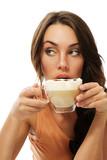 schöne frau schaut zu seite und trinkt cappuccino kaffee