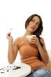 junge träumende frau mit einer tasse cappuccino kaffee