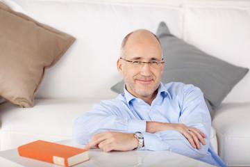 entspannter mann sitzt im wohnzimmer