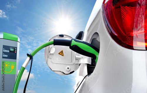 Leinwanddruck Bild Elektroauto an Solartankstelle