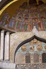 iiitalie,venise : san marco  : basilique, mur,colonnes et fresqu