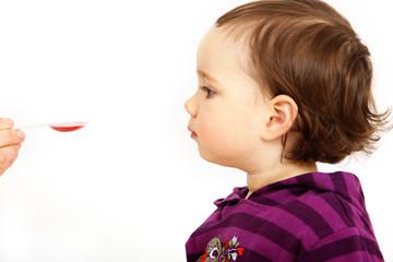 Kleinkind schluckt Medizin