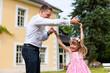 Vater spielt mit seiner Tochter auf einer Wiese