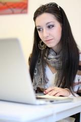 ragazza con capelli neri al computer