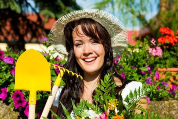 Gartenarbeit im Sommer - Frau mit Blumen