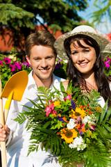 Glückliches Paar im Garten im Sommer