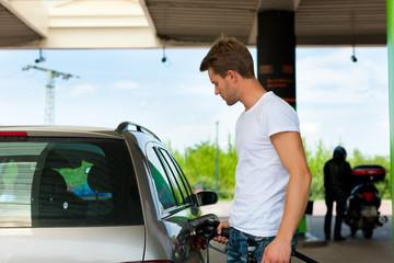 Tanken mit Auto an Tankstelle