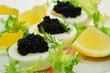 Schwarzer Kaviar auf gekochtem Ei