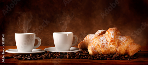 Caffè con cornetti freschi