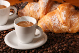 caffè caldo con croissants freschi