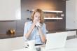 junge frau in der Küche mit taschentuch