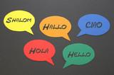 Fototapety Begrüßung in mehreren Sprachen auf Sprechblasen aus Karton
