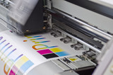 Digitaldrucker Werbetechnik bei der Arbeit - 39325587