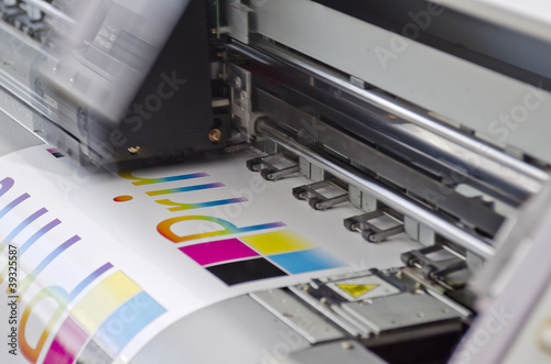 Leinwandbild Motiv Digitaldrucker Werbetechnik bei der Arbeit