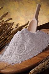 Farina integrale su tagliere di legno