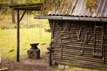 Waldhütte mit Werkzeug