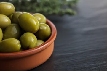 Oliven im Tonschälchen