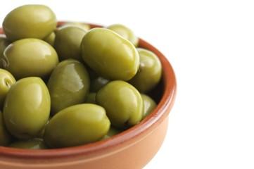 Oliven im Schälchen – freigestellt