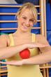 Junge Frau mit Igelball
