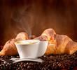 Colazione con cappuccino e croissant alla cioccolata