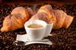 caffè caldo con croissants freschi al cacao