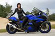 Auf dem blauen Motorrad
