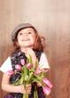 Kleine Dame mit einem Strauss Tulpen schaut nach oben