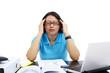 Studentin arbeitet am Schreibtisch 8, massieren, Kopfschmerzen