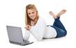 Attraktive junge Frau zeigt mit Finger auf Laptop