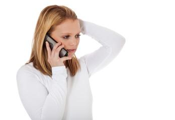 Junge Frau führt Telefonat