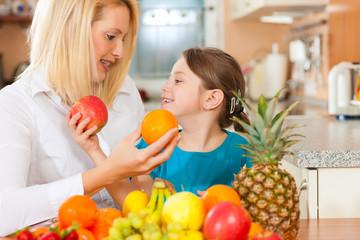 Mutter und Kind mit ganz viel Obst