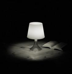 Leselampe mit Buch auf Holzboden