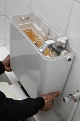 plombier remplaçant chasse d'eau WC