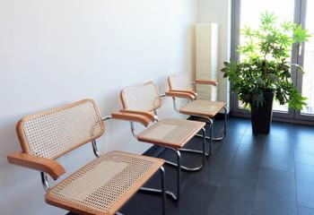 Drei Stühle Wartezimmer warten